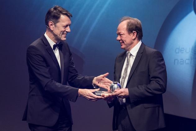 Staatssekretär Dr. Georg Schütte, Bundesministerium für Bildung und Forschung, überreicht den Deutschen Nachhaltigkeitspreis.