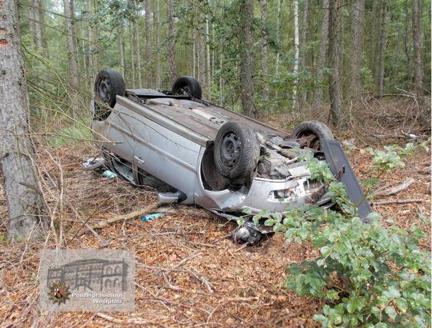 """""""Kopfüber"""" kam der Wagen zum Stillstand. Der Fahrer konnte sich selbst aus dem Fahrzeugwrack befreien."""