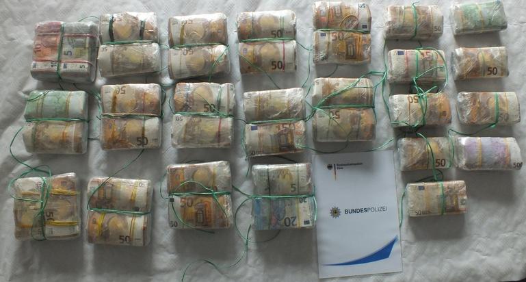 Foto_Bundespolizei_Pakete_mit_sichergestelltem_Bargeld