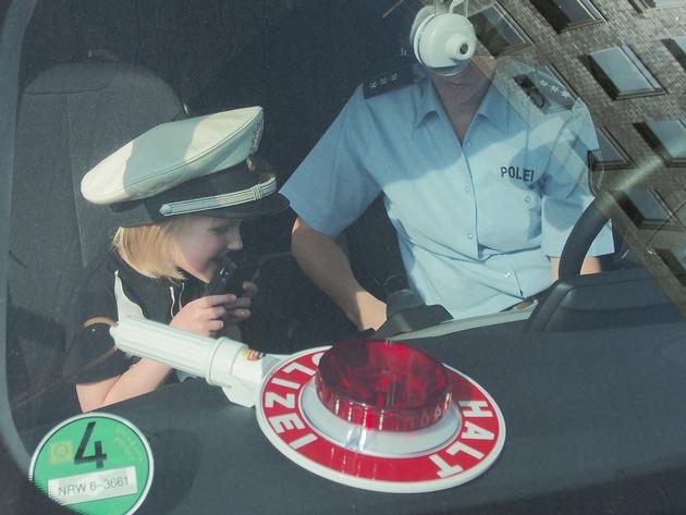 Die kleinen Nachwuchspolizisten durften natürlich auch mal in einem echten Streifenwagen sitzen. (Foto: Polizei Bochum)