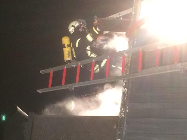 FW Lage: Brand in der Zwischendecke eines Wohnhauses - 08.10.2016 - 20:39 Uhr
