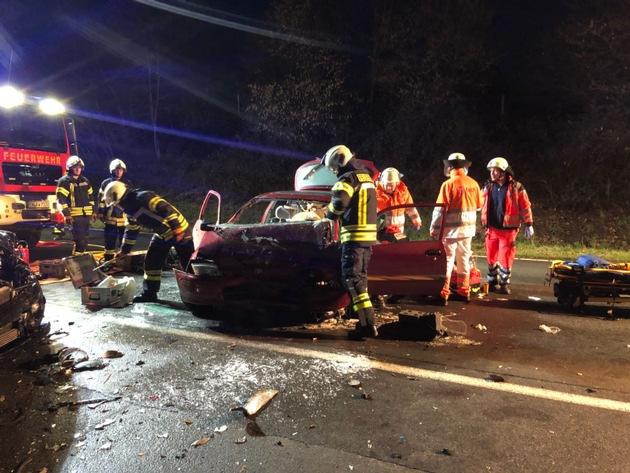 Ein verunfallter Insasse musste mit hydraulischem Rettungsgerät aus dem Fahrzeug befreit werden.