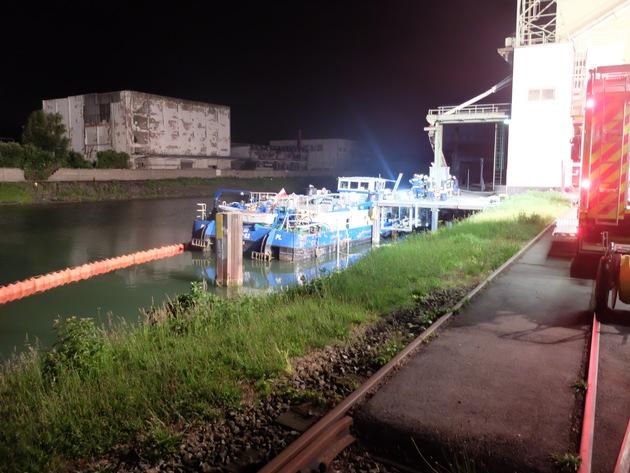 FW-GE: Stadthafen Gelsenkirchen droht Frachtschiff zu sinken