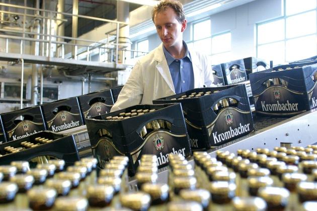 """Bis zu 4,1 Mio. Flaschen Krombacher Pils verlassen täglich Deutschlands größte private Premium –Brauerei. Die Verwendung dieses Bildes ist für redaktionelle Zwecke honorarfrei. Abdruck bitte unter Quellenangabe: """"obs/Krombacher Brauerei GmbH & Co. KG"""""""