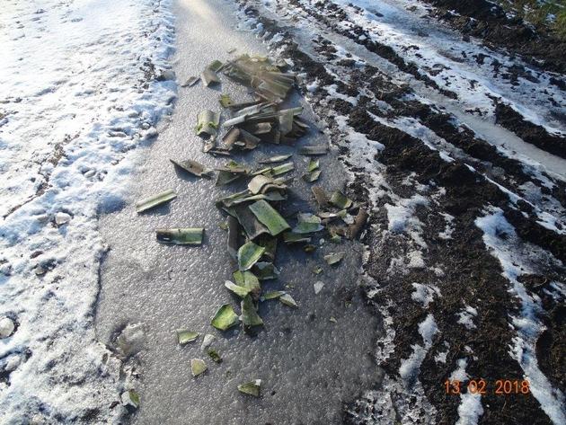 POL-SE: Ellerbek - Unbekannte luden Asbestreste auf Feldweg ab