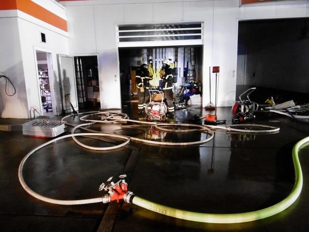 Garagenbrand auf einem Tankstellengelände