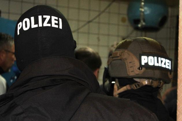 Polizisten durchsuchen ein Nachtlokal in der Kaiserslauterer Innnenstadt.