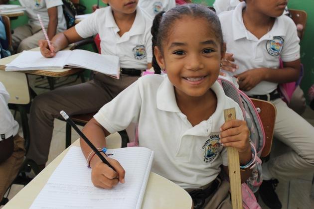 """Bereits zwei Jahre nach dem Bau wurde die von Ruben's Shoes errichtete Schule im standardisierten Test für Mathe und Spanisch vom Bildungsministerium der Dominikanischen Republik als die beste Schule des Landes ausgezeichnet. Was für ein Beweis, dass Bildung keine Frage der Herkunft ist, so lange wir Kindern die gleichen Chancen bieten. Weiterer Text über ots und www.presseportal.de/nr/133086 / Die Verwendung dieses Bildes ist für redaktionelle Zwecke honorarfrei. Veröffentlichung bitte unter Quellenangabe: """"obs/Ruben's Shoes"""""""
