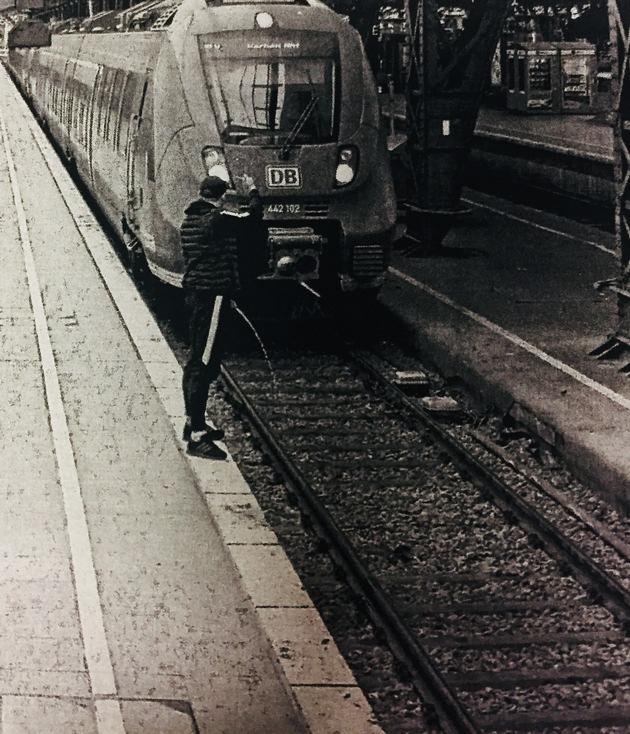 Betrunkener uriniert auf anfahrende Bahn