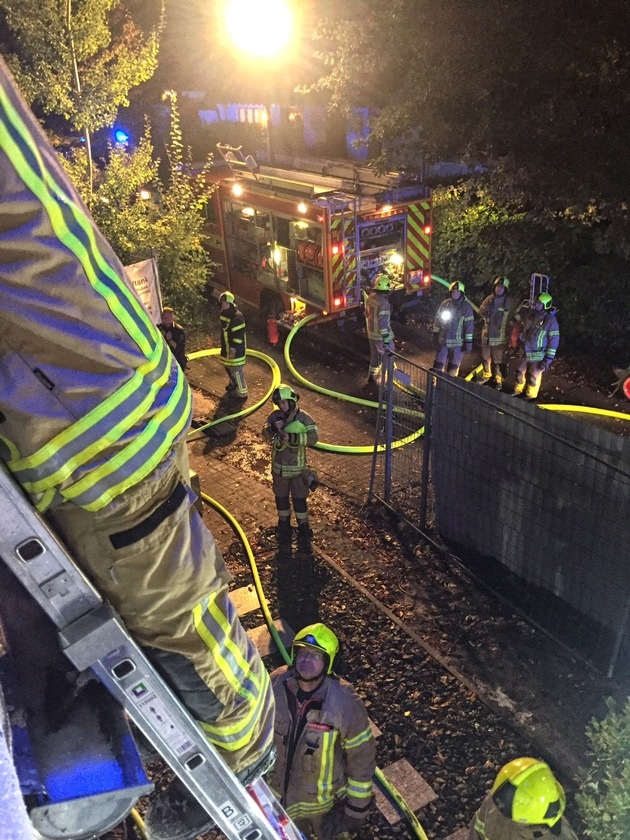 FW Ratingen: Fassadenbrand an Einfamilienhaus - Feuerwehr Ratingen im Einsatz