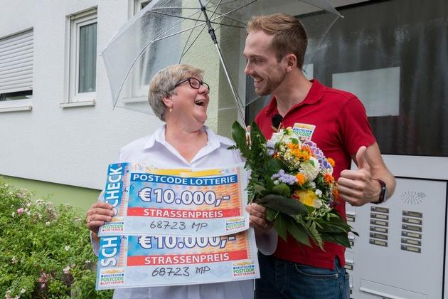 Gewinnerin Angelika wurde von Straßenpreis-Moderator Felix Uhlig persönlich überrascht. Foto: Postcode Lotterie/Wolfgang Wedel