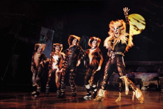"""Mit Cats begann vor 20 Jahren die Ära des neuen, modernen Musicals. Die Geschichte von Cats spielt sich auf einem Schrottplatz ab, der aus 7000 Einzelteilen besteht. Seit der Welturaufführung 1981 in London haben über 65 Millionen Menschen Cats gesehen. Weiterer Text über ots. Die Verwendung dieses Bildes ist für redaktionelle Zwecke honorarfrei. Abdruck bitte unter Quellenangabe: """"obs/Musical Theater Basel"""""""