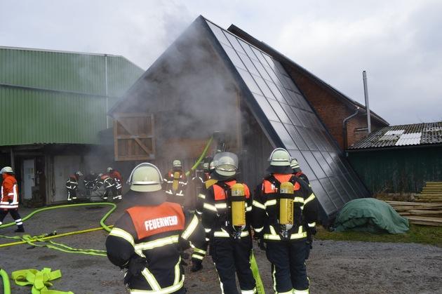 Feuerwehrleute an der Brandstelle