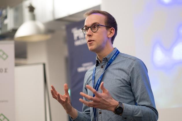 """Der zweite PR-Hackathon unter dem Motto """"REBOOT PR"""" ist in vollem Gange. Rund 100 Entwickler, Designer und Kommunikations-Profis arbeiten im Loft 06 auf dem OTTO-Campus an neuen Ideen rund um die digitale Zukunft der PR. Neun Teams haben sich gestern nach den Pitches agil gebildet, um in 48 Stunden erste Prototypen zu entwickeln. Es geht u.a. um Content- und Pro Bono-Plattformen, Kreativitäts- und Erfolgsanalyse-Tools und Virtual Reality. Weiterer Text über ots und www.presseportal.de/nr/6344 / Die Verwendung dieses Bildes ist für redaktionelle Zwecke honorarfrei. Veröffentlichung bitte unter Quellenangabe: """"obs/news aktuell GmbH/Daniel Reinhardt"""""""