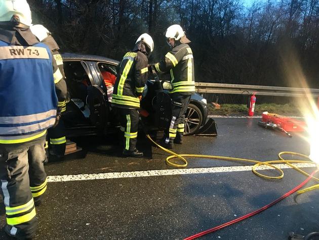Einsatzkräfte trennten die Türen des Fahrzeugs heraus während der Notarzt im Fahrzeug den Verunfallten weiter medizinisch Versorgte.