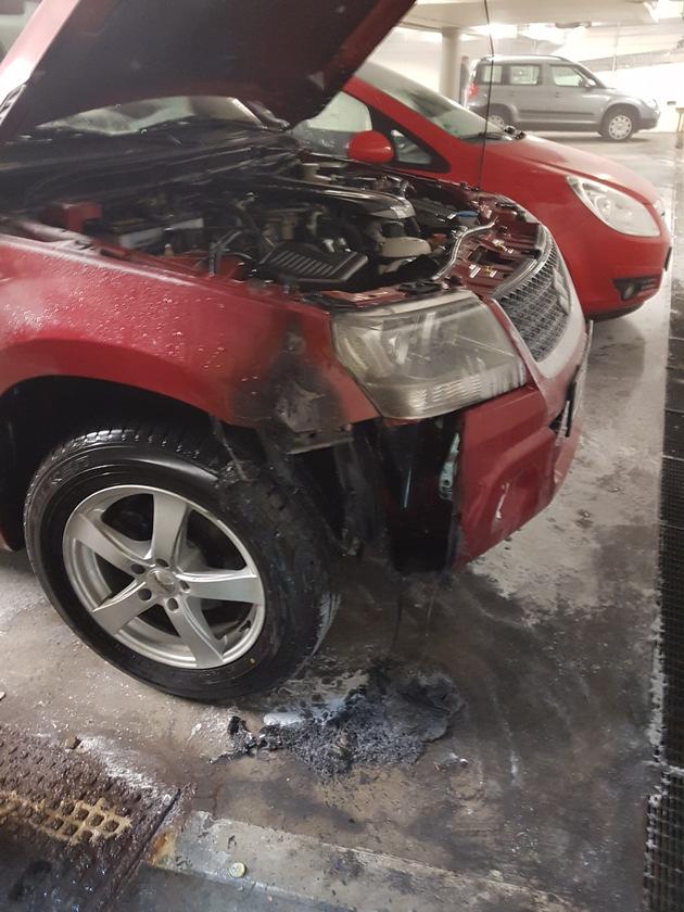 Das Feuer war aus ungeklärter Ursache im Bereich des vorderen Radkastens vermutlich im Motorraum ausgebrochen