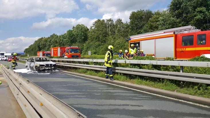FW-RE: PKW auf der BAB A 43 in der Autobahnbaustelle in Vollbrand