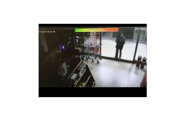 """Täter am 22.09.17 mit """"Scream""""-Maske"""