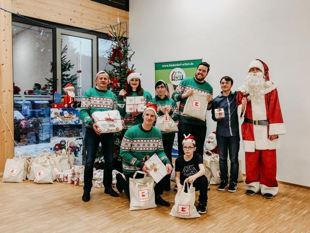 Die Kinder des Albert-Schweitzer-Kinderdorfs Erfurt freuen sich über Geschenke von Kaufland, die sie bei einem gemeinsamen Nachmittagsprogramm erhielten. Foto: Kaufland