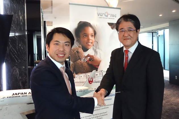 Yosuke Takano, Team Leader Cold Chain Logistics bei Japan Airlines Co., Ltd. und Takehiro Takasaki, Country Manager bei va-Q-tec Japan G.K.