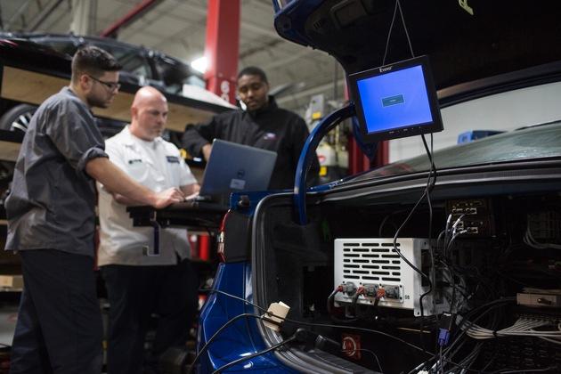 """Ford stellt nächste Generation der autonom fahrenden Autos vor / Das """"Gehirn"""" des autonomen Ford Fusion Hybrid-Testträgers befindet sich im Kofferraum. Der hochmoderne Computer wartet mit der Rechenleistung mehrerer High-End-PCs auf und verarbeitet pro Stunde eine Datenmenge von einem Terabyte - das entspricht 1.000 Gigabyte. Zum Vergleich: Dies ist mehr als das mobile Datenaufkommen, das ein durchschnittlicher Smartphone-Nutzer innerhalb von 45 Jahren anhäuft. Weiterer Text über ots und www.presseportal.de/nr/6955 / Die Verwendung dieses Bildes ist für redaktionelle Zwecke honorarfrei. Veröffentlichung bitte unter Quellenangabe: """"obs/Ford-Werke GmbH"""""""