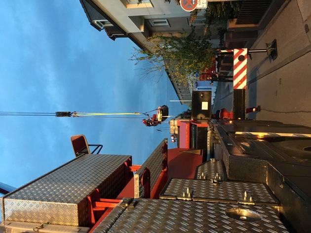Transport des Patienten am Feuerwehrkran in Begleitung eines Höhenretters der Feuerwehr Wuppertal.