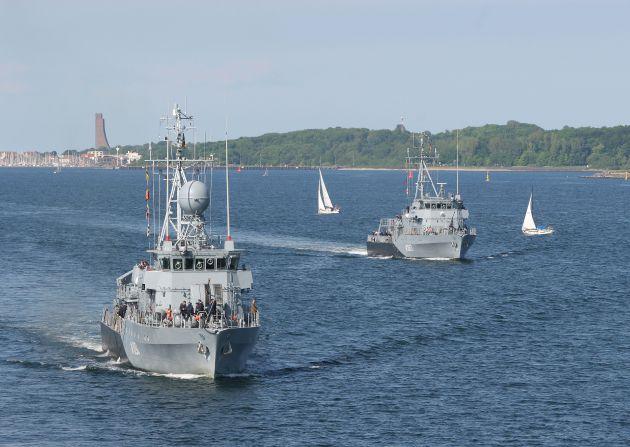 """Minenjagdboot """"Bad Bevensen"""" und Hohlstablenkboot """"Ensdorf"""" beim Einlaufen in die Kieler Förde - Marine-Ehrenmal Laboe im Hintergrund. Foto: Tanja Wendt / Deutsche Marine"""
