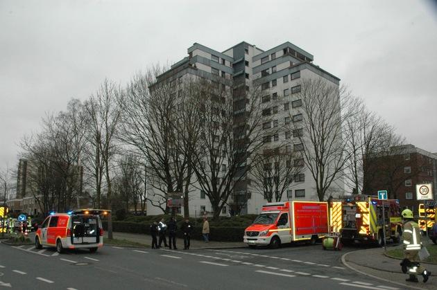 FW Ratingen: Feuer mit Menschenrettung im Hochhaus
