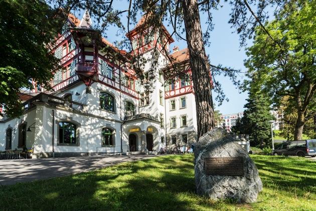 """Hotel Militärkantine in St. Gallen, Historisches Hotel des Jahres 2017 / Schweiz. ganz natuerlich. Die Militaerkantine in der Kreuzbleiche ist ein eigensinniger Riegelbau, der um 1900 als Offiziersunterkunft gebaut wurde und heute unter Denkmalschutz steht. Die 21 grosszuegigen, historischen Zimmer mit Erker, Balkon, freistehenden Badewannen laden zum Verweilen ein. Die zwei Saele, der 110 m2 grosse historische Saal und die 70 m2 grosse alte Küche, lassen sich für Feiern, Arbeitsaufenthalte und Bankette mieten. Kulinarisch wird man vom hauseigenen Restaurant taeglich frisch bedient. Weiterer Text über ots und www.presseportal.ch/de/nr/100060497 / Die Verwendung dieses Bildes ist für redaktionelle Zwecke honorarfrei. Veröffentlichung bitte unter Quellenangabe: """"obs/ICOMOS Suisse/Andre Meier"""""""