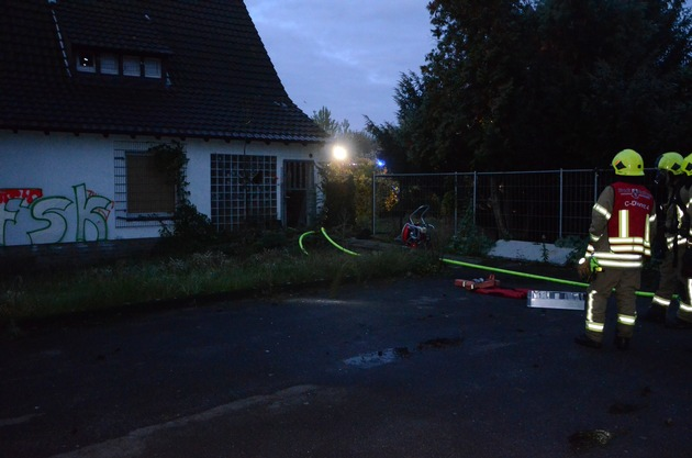 FW Ratingen: Fotos zum Brand in Leerstehenden Haus an der A52 / Broichhofstr. in Ratingen West
