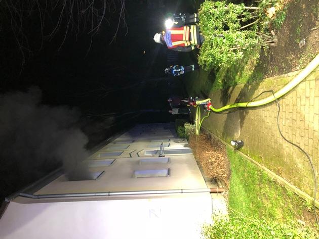 Mit einem Lüfter wurde der Rauch aus dem Gebäude gedrückt.