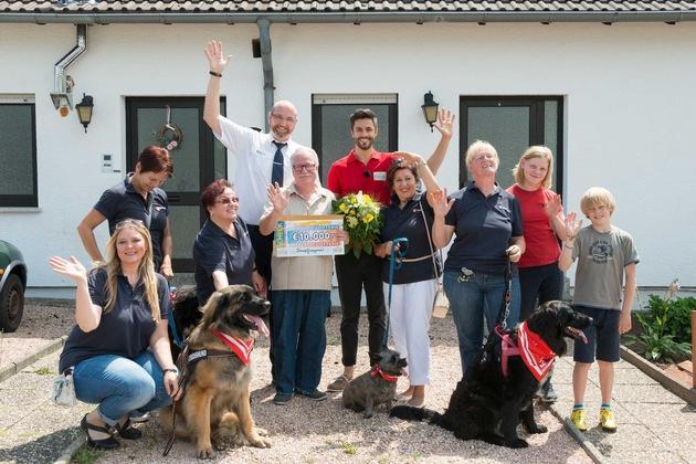 Viele glückliche Gesichter: Paul unterstützt mit seinen Losbeiträgen das Projekt der Malteser Besuchshunde in Homburg. Foto: Postcode Lotterie/Wolfgang Wedel