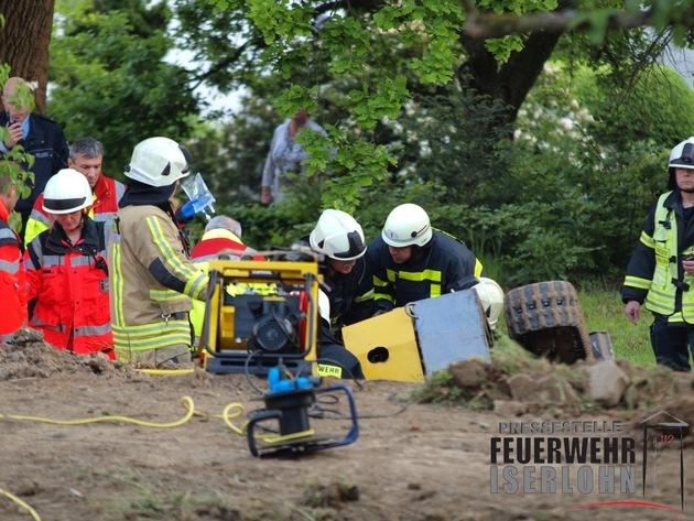 FW-MK: Eingeklemmte Person unter einem Bagger