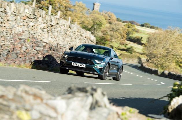 """Im Ford Mustang BullittTM auf der legendären Motorrad-Rennstrecke """"Isle of Man Tourist Trophy"""": Ford hat den britischen Motor-Journalisten Steve Sutcliffe gebeten, für die aufwändig produzierte Ford-Videoserie """"Europe's Greatest Driving Roads"""" in einem Ford Mustang BullittTM den sogenannten Snaefell Mountain Course auf der Isle of Man zu fahren -also die extrem schnelle und technisch anspruchsvolle Strecke der """"Isle of Man Tourist Trophy"""". Sutcliffe ging es nicht alleine um Top-Speed, sondern auch um die landschaftlichen Höhepunkte. Sutcliffe: """"Der so genannte Mountain Course, auf dem ansonsten das älteste Motorradrennen der Welt ausgetragen wird, ist absolut einzigartig. Stellen Sie sich deutsche Autobahnen vor, dann fügen Sie sanfte Hügel, enge Kurven und die einmalige Insel-Atmosphäre hinzu. Was dabei herauskommt, sind diese fantastischen und dramatischen Straßen"""". Weiterer Text über ots und www.presseportal.de/nr/6955 / Die Verwendung dieses Bildes ist für redaktionelle Zwecke honorarfrei. Veröffentlichung bitte unter Quellenangabe: """"obs/Ford-Werke GmbH"""""""