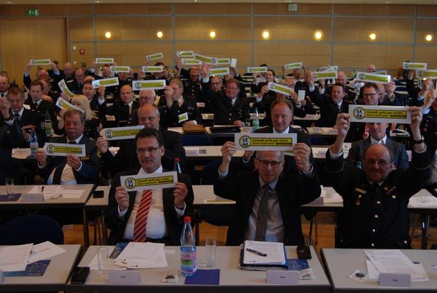 Delegierte und Gäste (darunter BBK-Präsident und weitere Hilfsorganisationen) bekräftigen: Gewalt geht gar nicht!