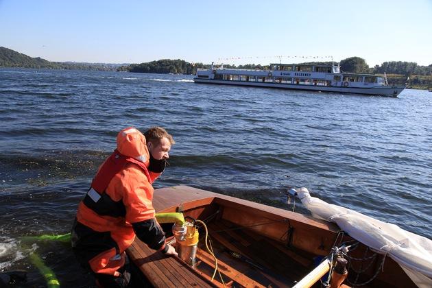 """Mit einer Elektrotauchpumpe wird das Boot gelenzt. So erleichtert, taucht die """"Schwalbe"""" wieder auf. Foto: Mike Filzen"""