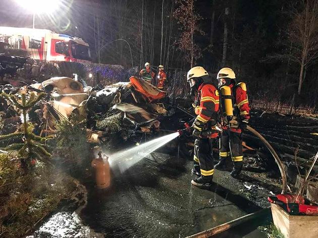 Einsatzkräfte der Feuerwehr kühlen eine Gasflasche. Quelle: Feuerwehr Neubulach, C. Karanci