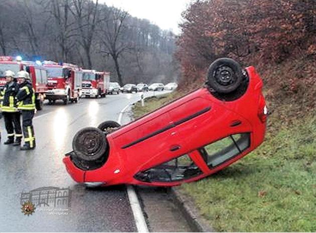 Kopfüber blieb der Pkw schließlich liegen. Der Fahrer wurde leicht verletzt.