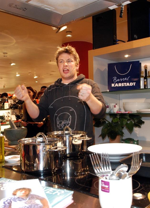 """Jamie Oliver kocht am 12.02.2005 in Frankfurt am Main bei Karstadt anlässlich der Weltpremiere seines Shopkonzeptes: Jamie's Kitchen Shop. Die Verwendung dieses Bildes ist für redaktionelle Zwecke honorarfrei. Abdruck bitte unter Quellenangabe: """"obs/Karstadt Warenhaus AG"""""""