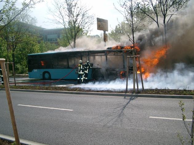 POL-F: 060509 - 0516  Heddernheim: Linienbus ausgebrannt
