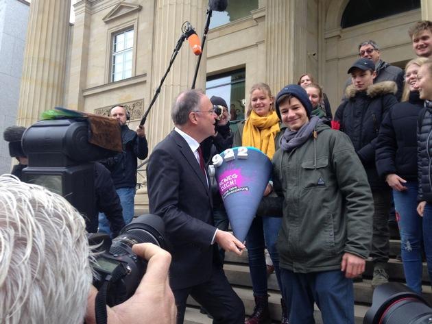 20 Waldorfschülerinnen und -schülern übergeben Stephan Weil die Unterschriften der Petition für eine faire Finanzierung der niedersächsischen Waldorfschulen.