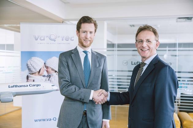 Dr. Alexis von Hoensbroech (Vorstand Produkt und Vertrieb, Lufthansa Cargo) und Dr. Joachim Kuhn (CEO,  va-Q-tec) während der Unterzeichnung in Frankfurt. (Photocredits: Stefan Glänzer / sturmpracht.d