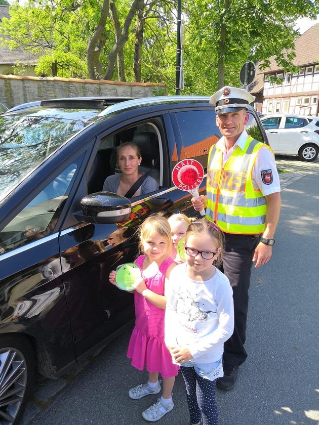 Verkehrsteilnehmerin wird von den Kindern für die umsichtige Fahrweise gelobt... (Veröffentlichung der Bilder wurde von allen Personen & Eltern zugestimmt)