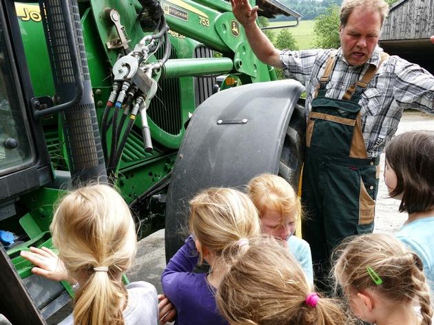 Rudolf Tigges zeigt schon den Kleinen, wie die Arbeit eines Biobauern aussieht.