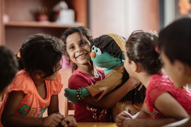 Es geht nicht nur um die Inhalte, sondern auch eine emotionale Stärkung der aus dem Krieg geflüchteten Kinder. Sie lieben das Spiel mit der türkis-blauen Raya-Puppe. Foto: World Vision