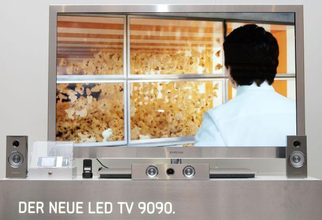 """SAMSUNG erhielt von den Journalisten der """"IFA-PreView"""" im Bereich Unterhaltungselektronik für seinen Premium 2D/3D-LED-Fernseher einen PreView-Award für Design. Die Verwendung dieses Bildes ist für redaktionelle Zwecke honorarfrei. Veröffentlichung bitte unter Quellenangabe: """"obs/FOTO: PREVIEW """""""