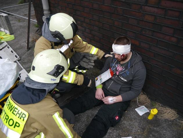 Versorgung eines Unfalldarstellers mit simulierter Kopfverletzung