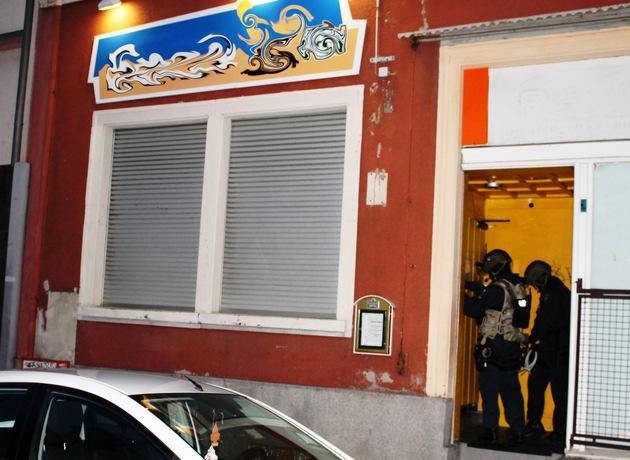 Bewaffnet und maskiert verschaffen sich die Beamten Zugang in das Lokal.