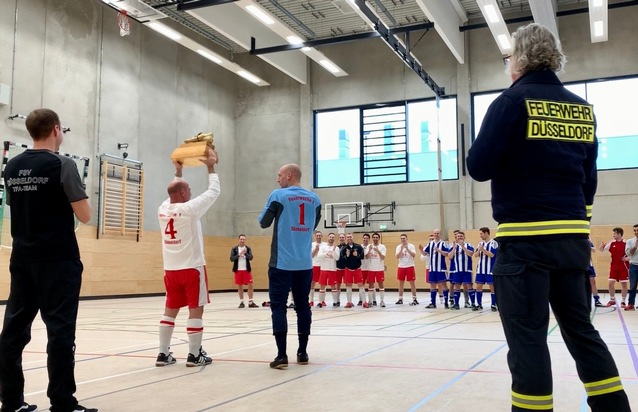 FW-D: 15. Hallenfußballmeisterschaft der Berufsfeuerwehr Düsseldorf - Feuerwache Hüttenstraße siegte im knappen Endspiel gegen Vorjahresmeister aus Flingern