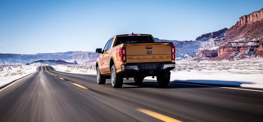 """Comeback in den USA: Der neue Ford Ranger belebt den US-amerikanischen Markt für mittelgroße Pick-up / Der US-Ranger spricht eine neue Generation von Pick-up-Kunden an, die großes Interesse an einem wendigeren und effizienteren Alleskönner zeigen. Er vereint ein solides, aus hochfestem Stahl gefertigtes Chassis mit einem aufgefrischten Exterieur-Design und einem fortschrittlichen Antriebsstrang. Die Leistung des EcoBoost-Turbobenziners mit 2,3 Liter Hubraum wird von einem Automatik-Getriebe portioniert, das über zehn Vorwärtsgänge verfügt - ein Novum in diesem Segment. Weiterer Text über ots und www.presseportal.de/nr/6955 / Die Verwendung dieses Bildes ist für redaktionelle Zwecke honorarfrei. Veröffentlichung bitte unter Quellenangabe: """"obs/Ford-Werke GmbH"""""""